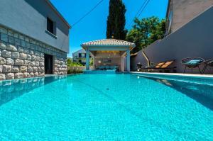 Vakantiehuis  - : Villa Vikors